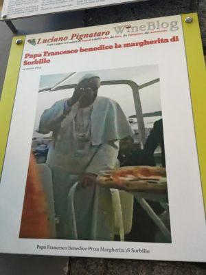 El Papa Francisco recibe una pizza en Nápoles